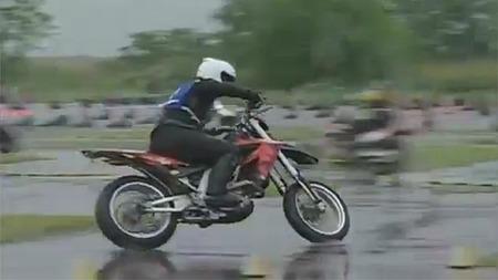 Más dificil todavía, gymkhana japonesa bajo la lluvia con una Aprilia SXV450