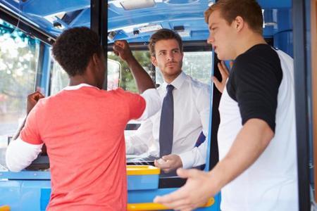 El conductor del autobús fue el único que cedió el asiento a una madre y su bebé