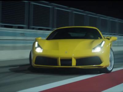 ¿Qué hace un Ferrari 488 GTB derrapando por las calles de Barcelona?