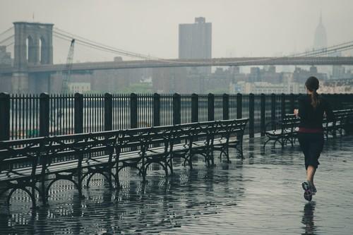 Correr bajo la lluvia: cinco trucos para que las nubes no te dejen en casa y el mejor equipamiento para protegerte