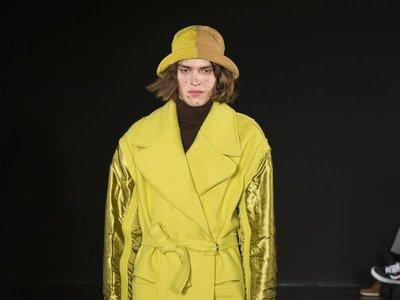 En la semana de la moda de Londres, los looks en amarillo se perfilan como tendencia