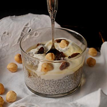 Pudding de chía, coco y frutos secos para un desayuno saludable