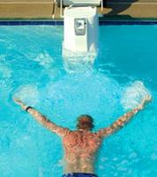 Nadando en la piscina sin límites