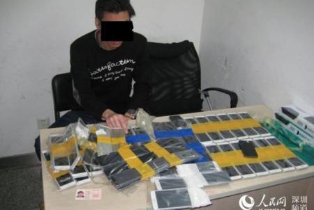 Y la lección de hoy es: no intentes entrar en China con 94 iPhones ocultos bajo tu ropa