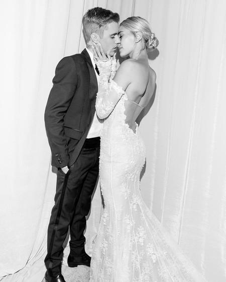 Hailey Bieber muestra fotos del día de su boda donde se ve su vestido de Off-White, pero es su velo el que se lleva todo el protagonismo