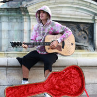 Parece un artista callejero, pero no, es Justin Bieber dedicando una serenata a Hailey Baldwin