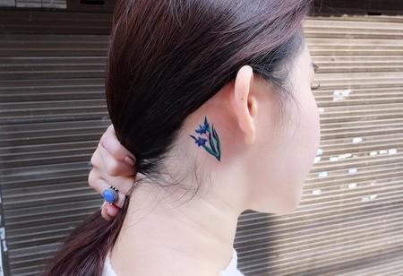 Flores y plantas que llenan nuestras orejas con los tatuajes más delicados