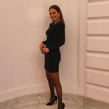 Paula Echevarría luce el vestido negro perfecto de noche que también puedes llevar por el día y encima está en rebajas