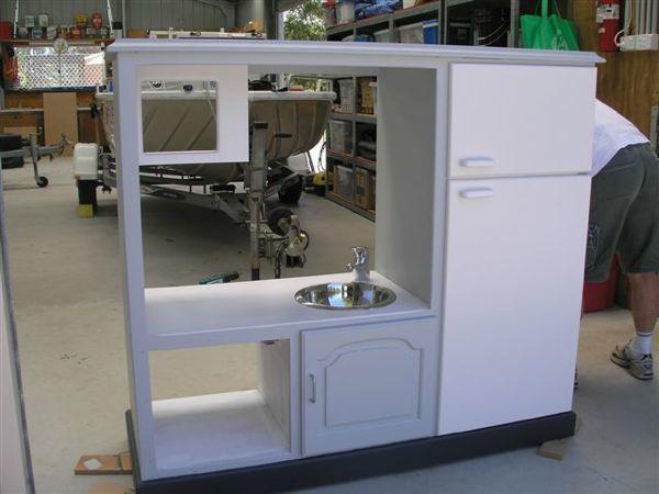 Un mueble de televisor convertido en una cocina de juguete