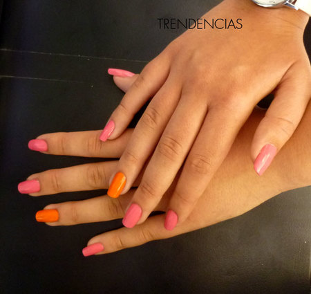 Manicura de fantasía discreta con esmaltes Essie. Fucsia y naranja, un detalle simple y divertido