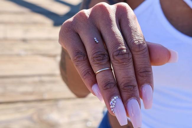 piercing compromiso dedo