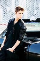 A Justin Bieber ¿le duele la cara de ser tan guapo?.... umm no lo creo