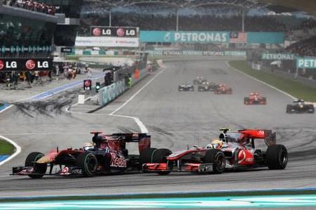 Jaime Alguersuari disputando posición con Lewis Hamilton en GP de Malasia 2010
