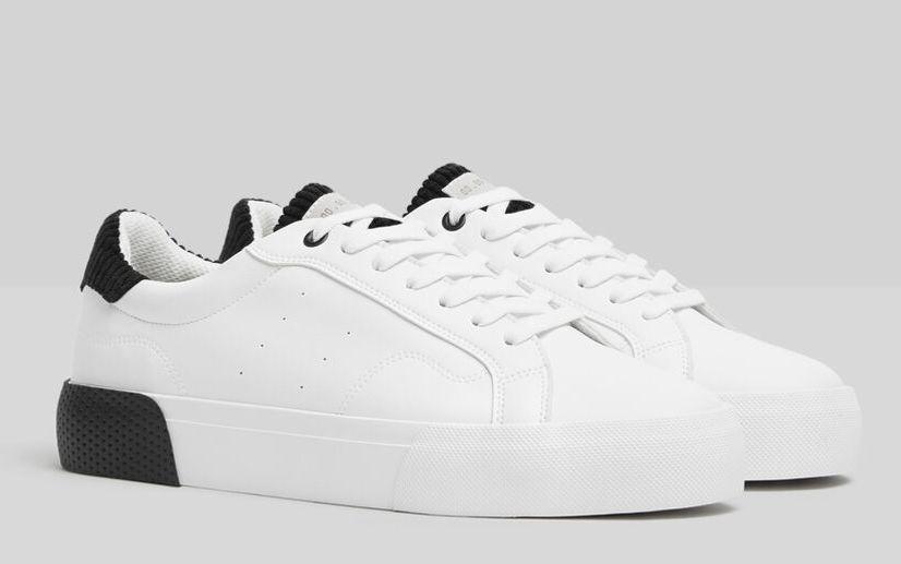 Zapatillas en color blanco. Detalles de pana en color negro en talón y lengua.