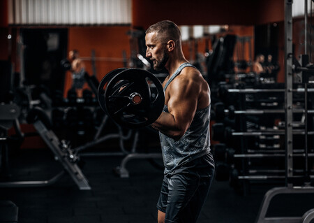 Cinco ejercicios perfectos para conseguir unos bíceps grandes si has empezado a entrenar a los 40