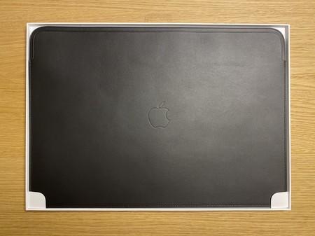 """Funda de piel de Apple diseñada en exclusiva para el MacBook Pro de 16"""""""