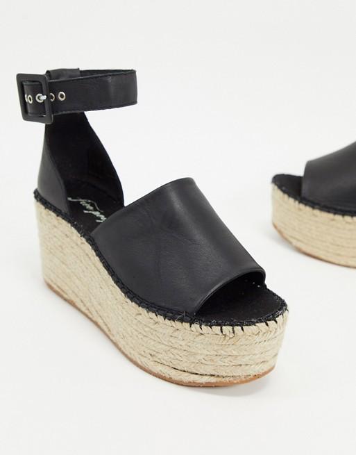 Sandalias negras de cuña con plataforma de esparto.