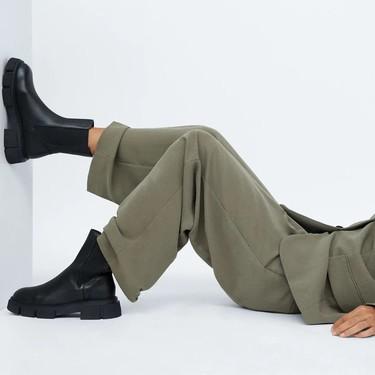 Siete botines planos, de suela gruesa y color negro para empezar la nueva temporada cómodamente desde las alturas