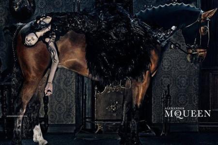 Edie Campbell se hace fuerte como imagen de Alexander McQueen