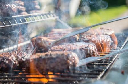 12 ofertas en barbacoas y accesorios para asar carne o verduras en terrazas y jardines esta primavera