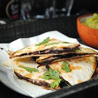 Quesadillas de frijoles refritos y queso fundente: receta fácil para cenar de picoteo