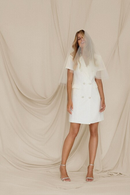 Brunalove Lookbook 0027vestidodenoviamaira Love 1200xMini vestido de novia de manga cortita realizado en crepe con textura tipo otoman.+