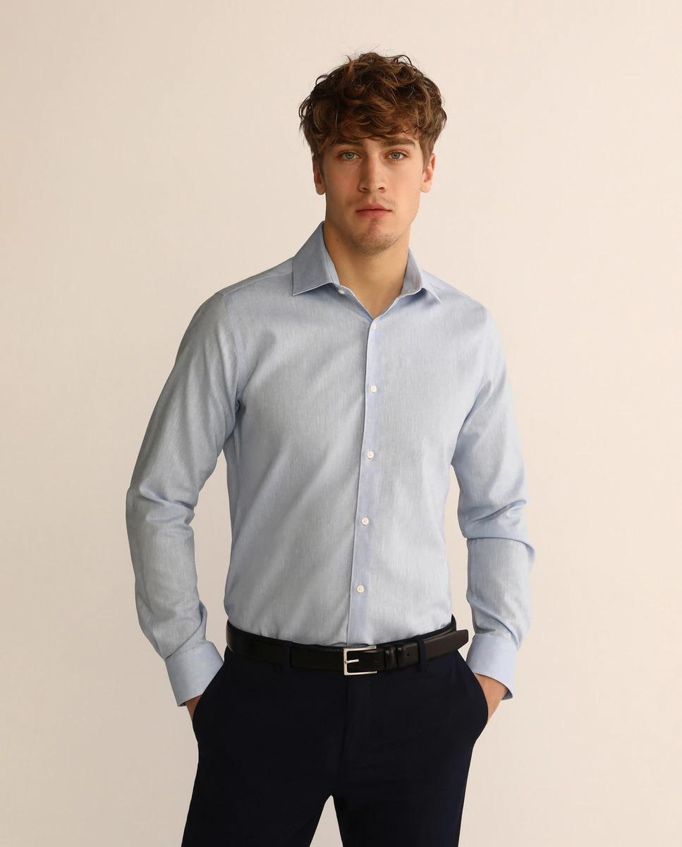 Camisa de lino de vestir slim fit en color azul lisa. Tiene cuello clásico y puños redondeados. Non Iron, sólo lavar y colgar, no requiere plancha.  Slim Fit Muy entallado. Sisa estrecha, ancho de manga ceñido al brazo y contorno ajustado.