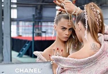 Me encanta como sale Cara Delevingne en la nueva campaña de Chanel