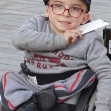 """Iker, un niño de cinco años con displasia caudal, pide ayuda para cumplir su sueño: poder caminar con """"piernas de robot"""""""