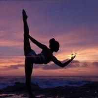 Practica yoga en tus vacaciones: perfeccionamos el perro boca abajo, la postura estrella