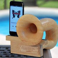 Symphonica, un altavoz pasivo de madera para tu móvil con forma de gramófono