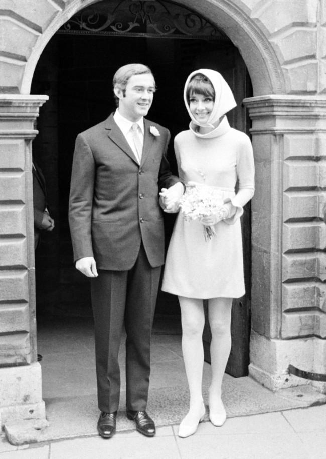 Los 17 vestidos cortos de novia con más estilo de la historia (como las mujeres que los llevaron)