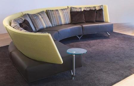 Un sofá con mesa auxiliar incorporada