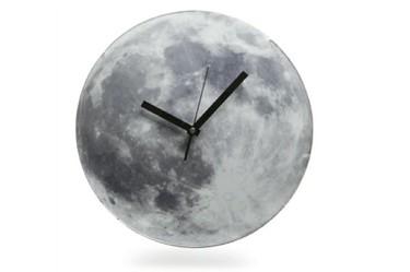 Reloj con forma de Luna que se ilumina en la oscuridad