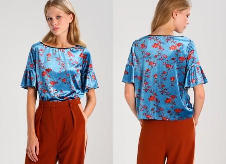 50% de descuento en esta camiseta azul con estampado floral de mint&berry: ahora 19,95 euros en Zalando