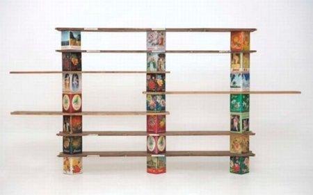 Original estantería hecha con cajas de galletas
