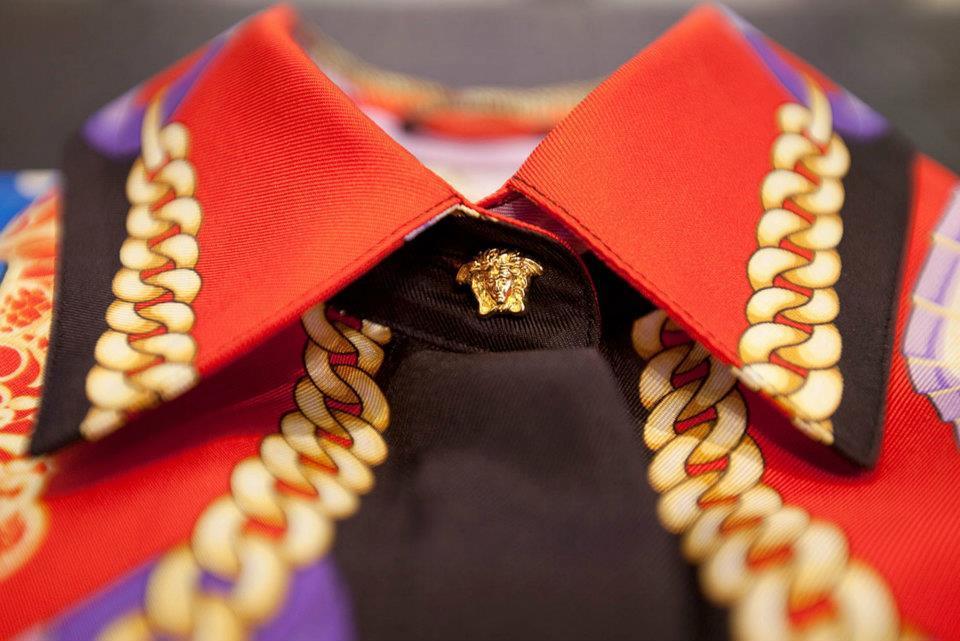 Foto de Versace se pone las pilas y re-edita sus clásicas camisas de seda estampadas  (4/8)