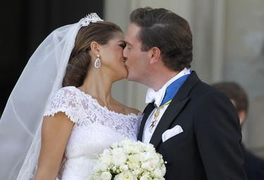 El beso de Magdalena de Suecia y Chris O'Neil, una feliz novia vestida de Valentino