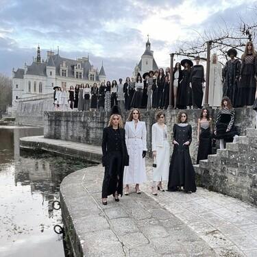 Kristen Stewart está sola en un castillo para asistir al desfile Métiers D'Art 2020 de Chanel, repleto de negro, perlas y hasta leggings metalizados