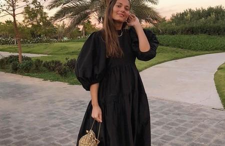 Vestido abullonado negro y deportivas, el combo más fácil y cómodo al que se ha aficionado el street style
