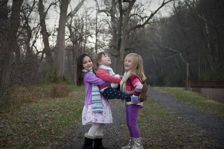 tres hermanas jugando en el bosque