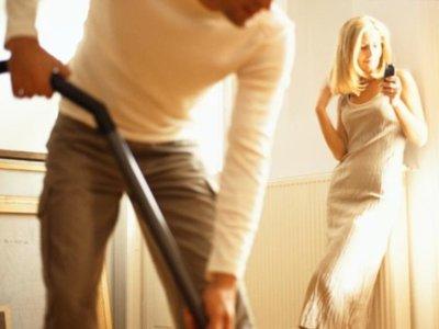España, a la cola de Europa en reparto equitativo de las tareas domésticas (según un estudio de Oxford)