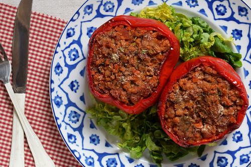 Pimientos al horno rellenos de soja texturizada: receta vegana saludable