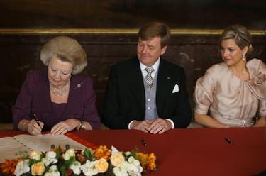 Beatriz de Holanda abdica y Guillermo y Máxima saludan como nuevo rey y reina