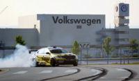 Tanner Foust demuestra cómo derrapa su Volkswagen Passat de Fórmula Drift