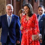 Doña Letizia luce un perfecto look de verano con un vestido rojo, el color que más le favorece