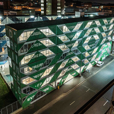 Un impresionante edificio en Johanesburgo construido con 140 contenedores