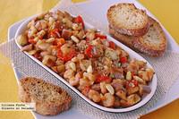 Berenjena con salsa de tomate y gambas. Receta de aperitivo