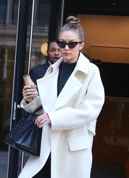 ¿Y si el abrigo perfecto para el invierno fuera blanco como el de Gigi Hadid?