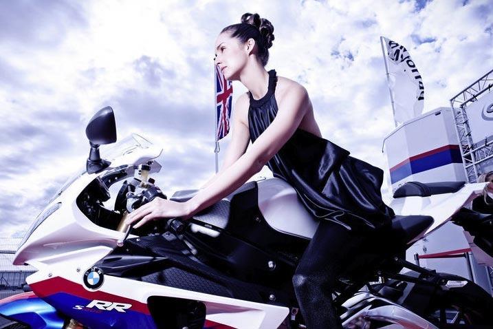 BMW ahora quiere cambiar la moda de las Pit Babes